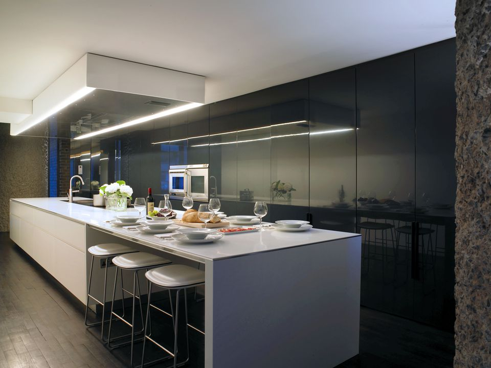 kitchen-in-barbican-apartment-london-uk-595306976-588792593df78c2ccd4de385
